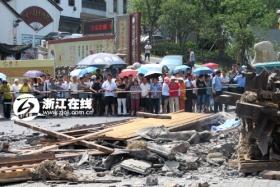 杭州闹市区景点牌坊倒塌致2死3伤(图)