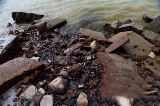 污水顺墙缝直接流入瓯江   浙江泰朗钢管有限公司(以下简称泰朗钢管)坐落在浙江青田秀美的瓯江边,但它给这片青山绿水带来的却是大量污水。(EHS.CN)   你顺着瓯江往上游走几公里看看,好的时候能直接看到江底,你看看我们这,江水都变黄水了,都是钢管厂排出来的。提到污染,小峙村的一位村民激动地对记者说。   在小峙村村民的指引下,记者来到了泰朗钢管厂区后面,这里距离瓯江仅一两米间隔,最近处不到一米。离江这么近,方便他们排水了。村民告诉记者。   记者发现,大量酸性略显青绿色的污水顺着泰朗钢管围墙的墙