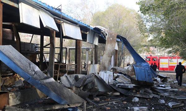 笔者赶到现场看到,锅炉距毛纺厂大门约200米处,锅炉内胆被炸出,