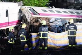 台铁出轨事故18人死亡原因初判为转弯超速